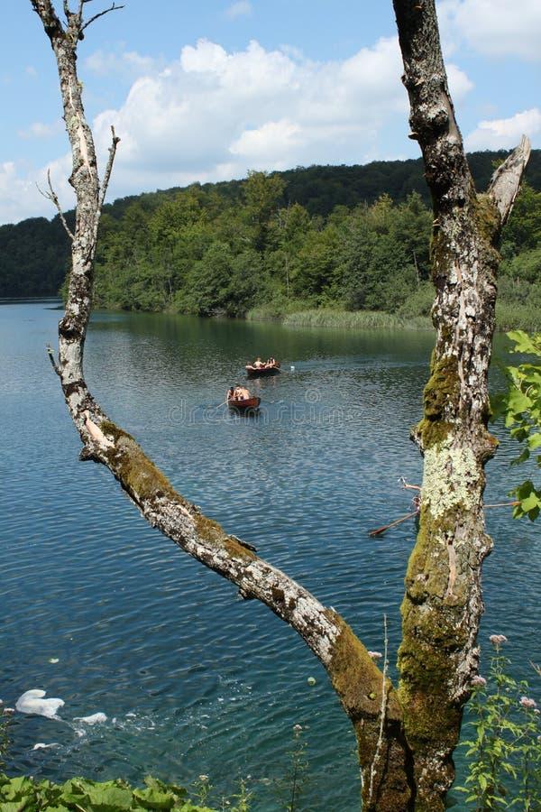 Imbarcazione a remi in uno dei laghi Plitvice immagini stock libere da diritti