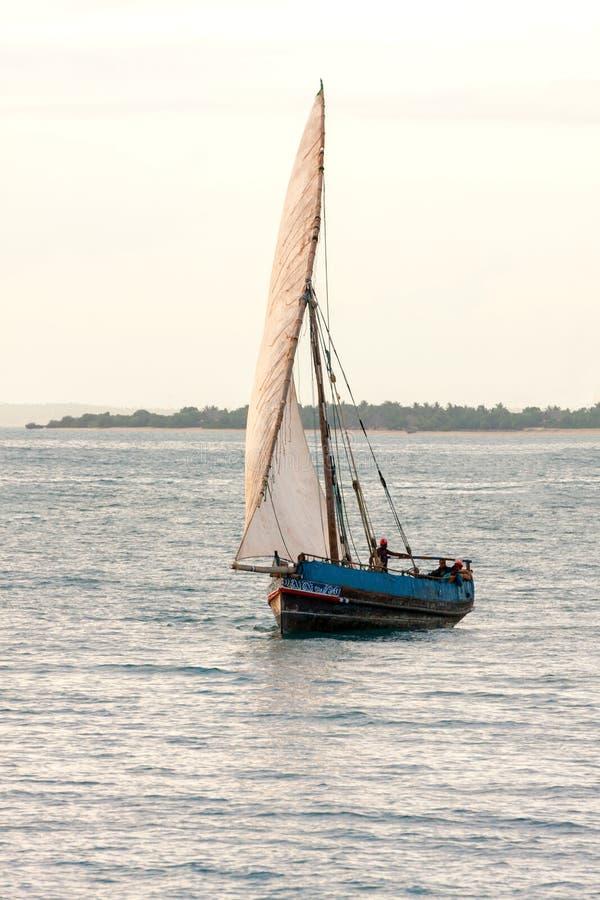 Download Imbarcazione A Vela Tradizionale Del Dhow Fotografia Stock - Immagine di turismo, tanzania: 55352106