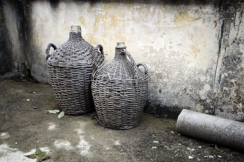 Imbarcazioni di vetro antiche per la vite e il rakija sull'isola di Hvar- Croatia immagini stock libere da diritti