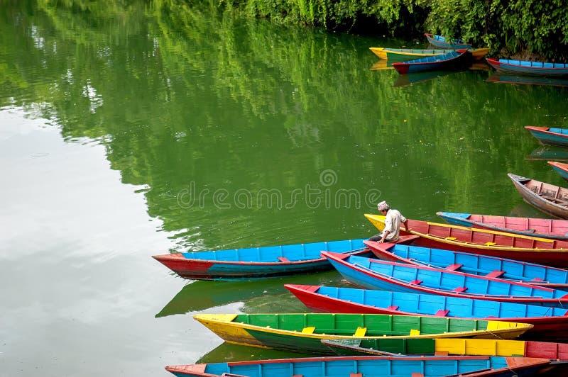 Imbarcazioni a remi di legno variopinte immagine stock libera da diritti
