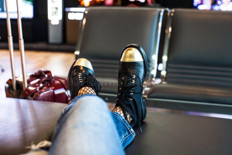 Imbarco aspettante della donna sugli aerei in aeroporto fotografia stock libera da diritti