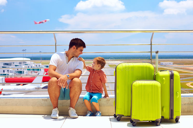 Imbarco aspettante nell'aeroporto internazionale, vacanze estive della famiglia fotografia stock libera da diritti