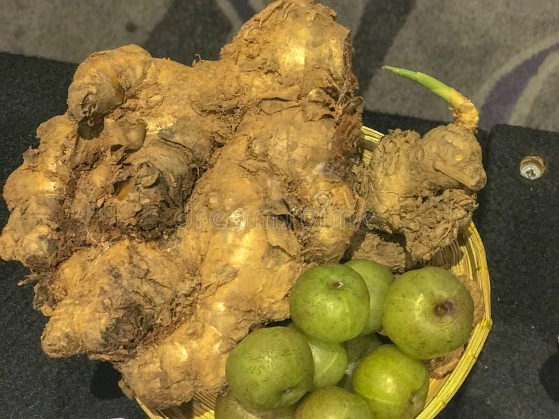 Imbir i cytryna w koszu zdjęcia stock
