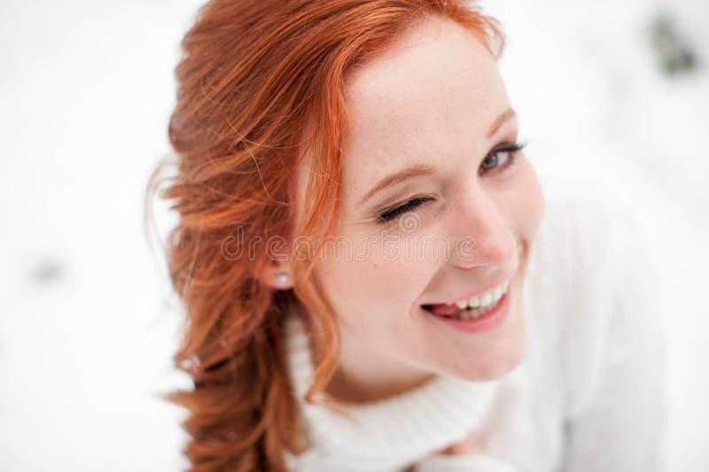 Imbirowa atrakcyjna dziewczyna w białym pulowerze w zimie lasowy Śnieżny Grudzień w parku Portret Bożenarodzeniowy śliczny czas obrazy royalty free