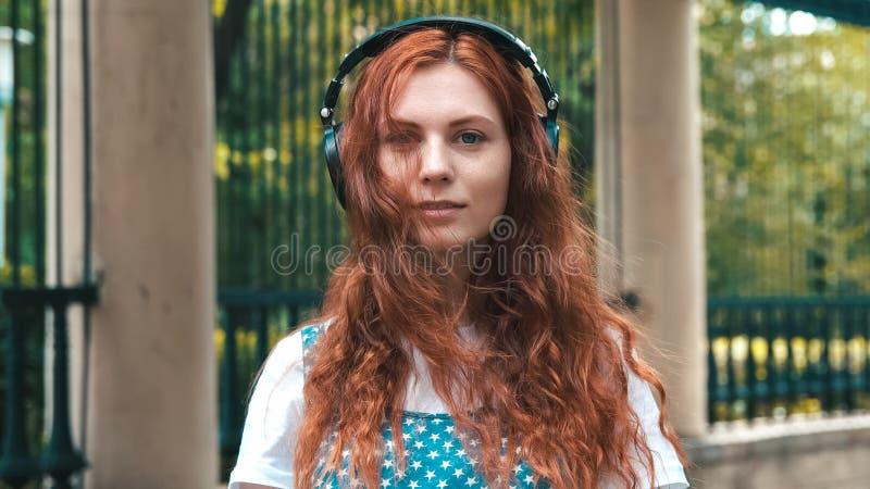 Imbirowa dziewczyna z powabny celowniczy plenerowym fotografia royalty free