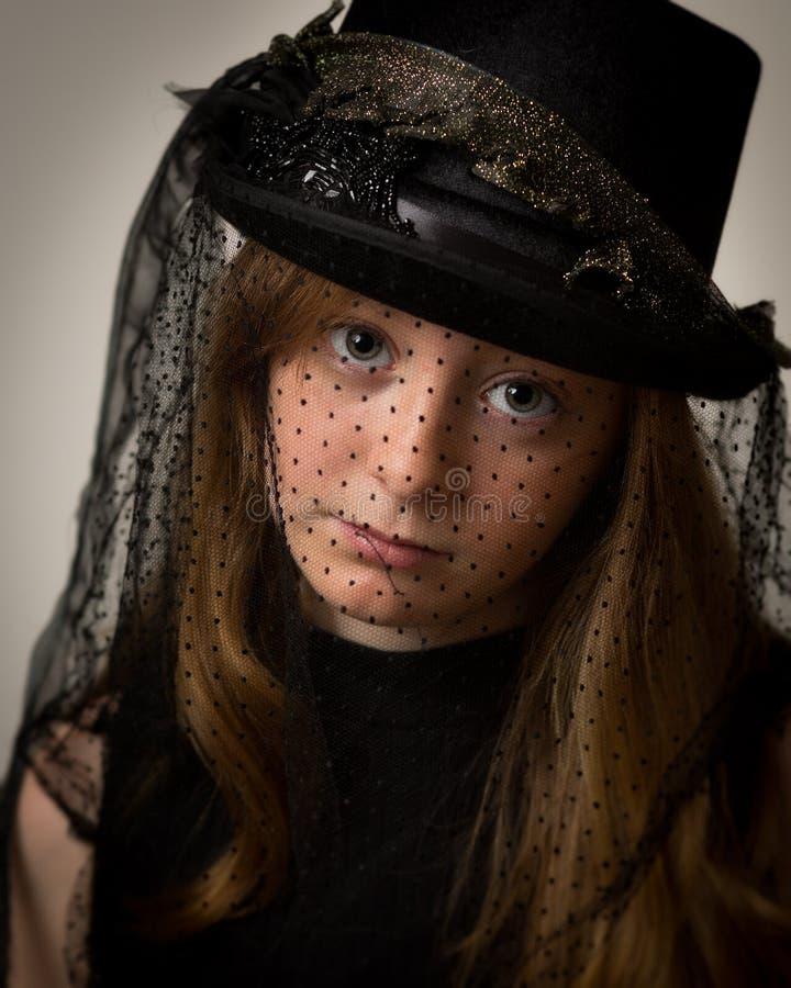 Imbirowa nastoletnia dziewczyna W Wiktoriańskim Jeździeckim kapeluszu zdjęcia royalty free