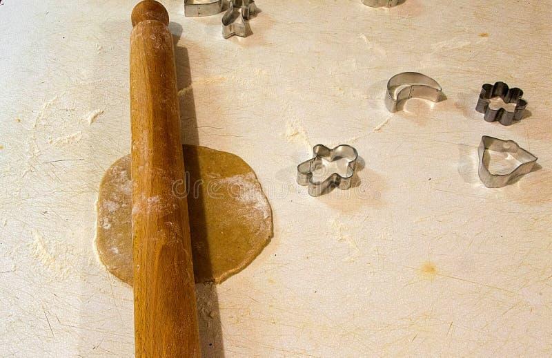 Download Imbirowi Chlebowi Ciastka, Proces Produkcji Zdjęcie Stock - Obraz złożonej z mężczyzna, desery: 106922506