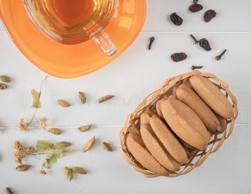 Imbirowi ciastka z ziołową herbatą na białym drewnianym stole obraz royalty free