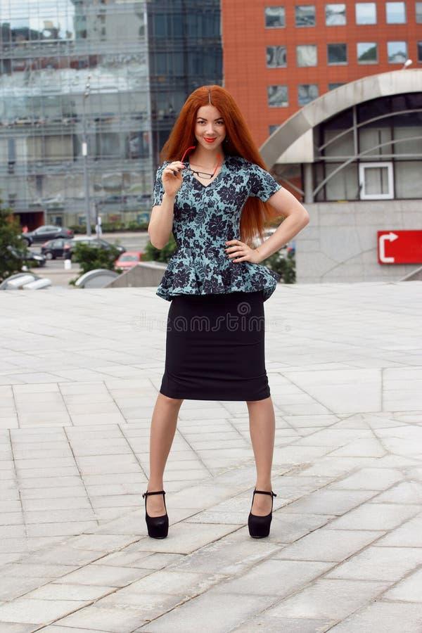 Imbirowy uśmiechnięty biznesowej kobiety pozować zdjęcia stock