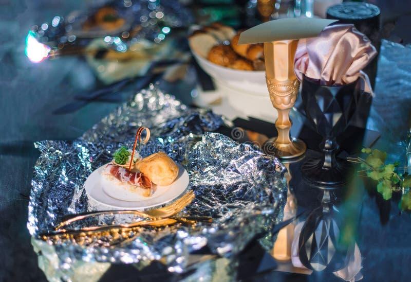 Imbiss an der Hochzeitstafel Designernahrung, sch?ne Tabelle stockbilder