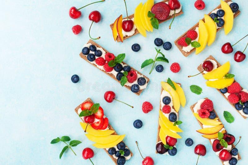 Imbiss oder Nachtisch von den Sandwichen mit sahniger Draufsicht des Käse- und Beerenobstes Einfache Sommernahrung für Frühstück  lizenzfreie stockbilder
