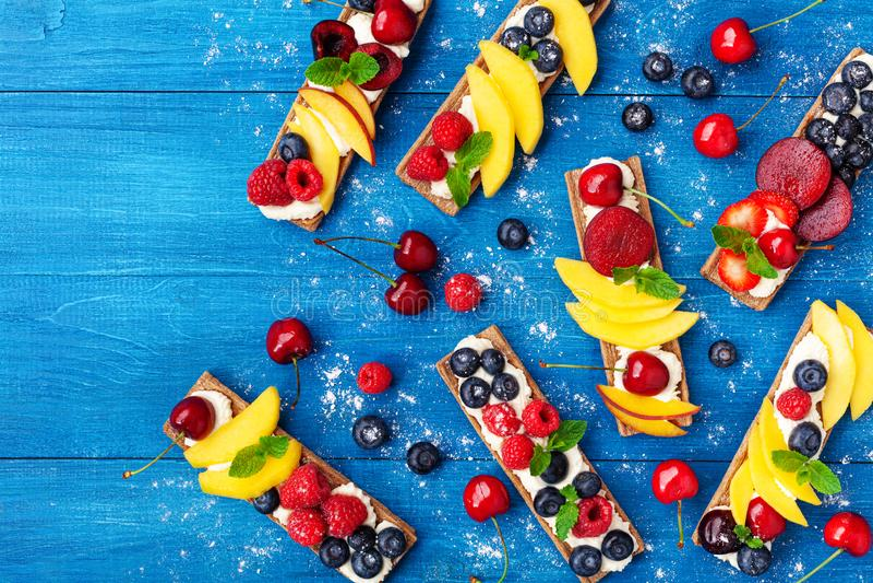 Imbiss oder Nachtisch von den Sandwichen mit sahniger Draufsicht des Käse- und Beerenobstes Einfache Sommernahrung für Frühstück  stockfoto