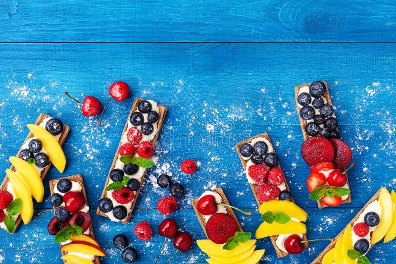 Imbiss oder Nachtisch von den Sandwichen mit sahniger Draufsicht des Käse- und Beerenobstes Einfache Sommernahrung für Frühstück  lizenzfreie stockfotografie