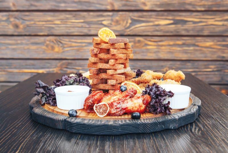Imbiss zum Bier Snack zu den Biercrackern, Käse haftet, Hühnerflügel, frittiertes Fleisch stockbild