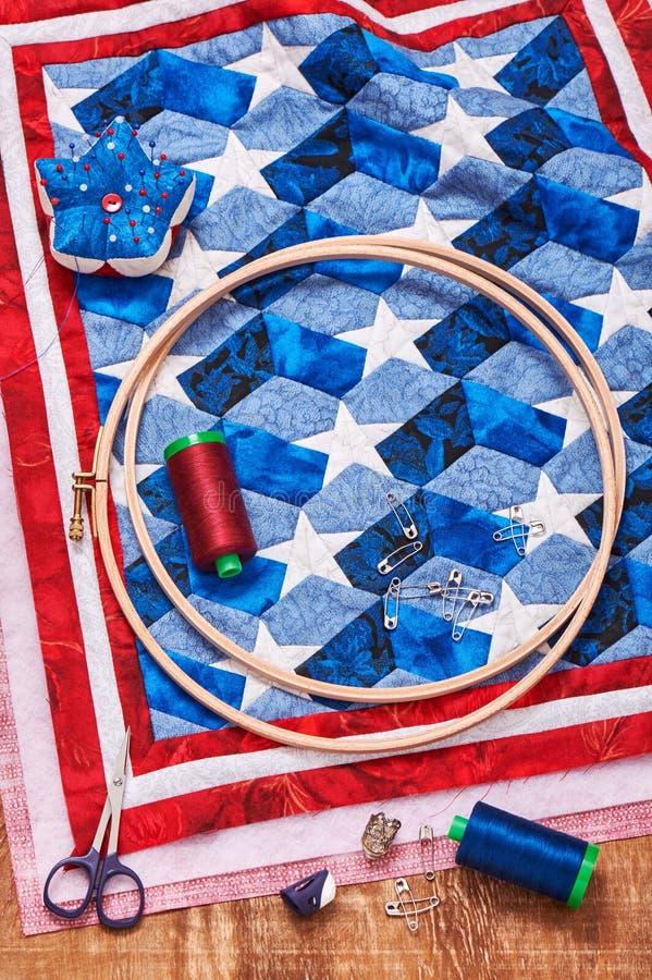 Imbottisca l'assemblea con gli elementi stilizzati della bandiera americana immagini stock