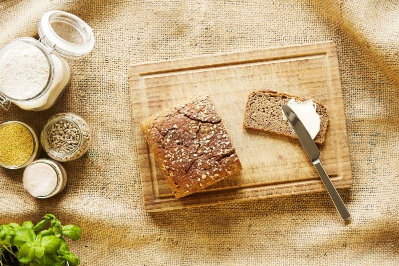 Imburrare una fetta di scena viva della cucina del pane fotografie stock libere da diritti
