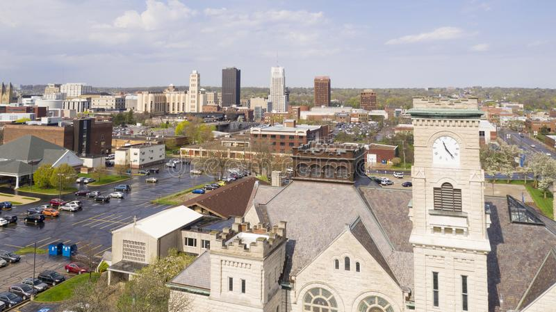 Imediatamente antes do tempo do almoço no centro da cidade do centro Akron Ohio imagem de stock royalty free