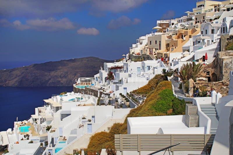 Imerovigli,希腊,2018年9月21日,游人漫步镇的街道 免版税图库摄影