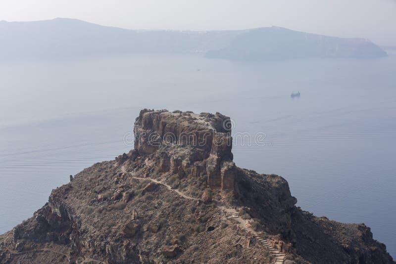 Imerovigli Santorini, Grekland - Oktober 22, 2014: Skaros vaggar Calderasikt - Immagine fotografering för bildbyråer