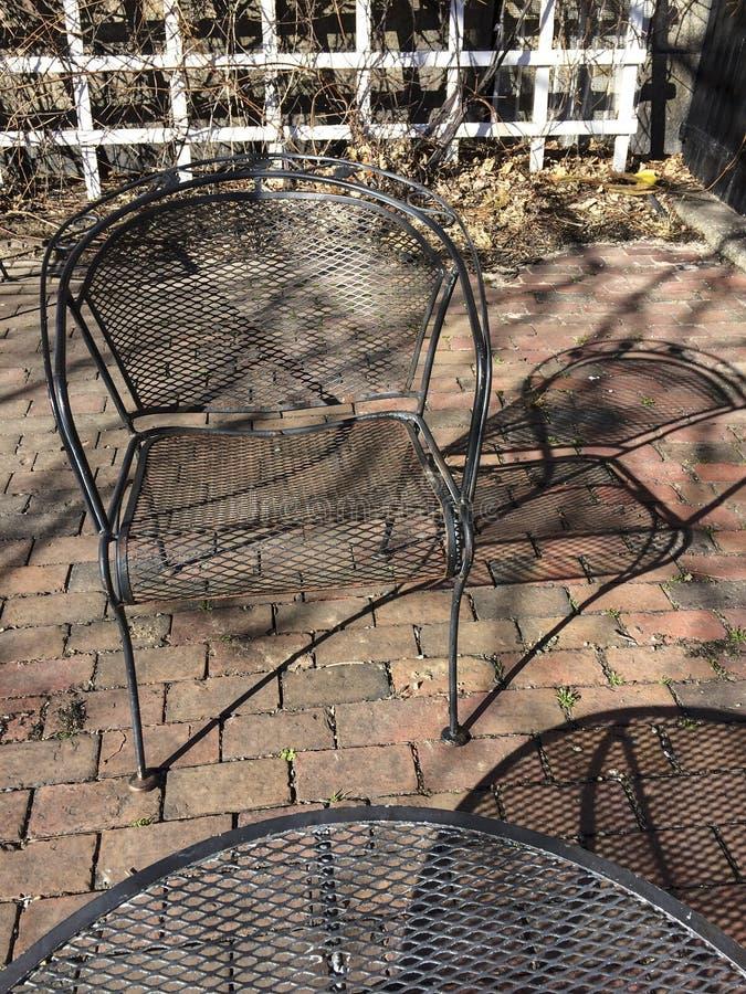 IMG_0494 Cadeira e tabela com sombras - Salem, MA fotografia de stock