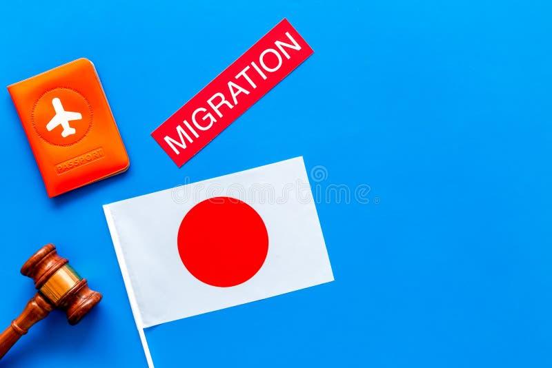 Imigração ao conceito de Japão Imigração do texto perto da tampa do passaporte e da bandeira japonesa, martelo na opinião superio foto de stock