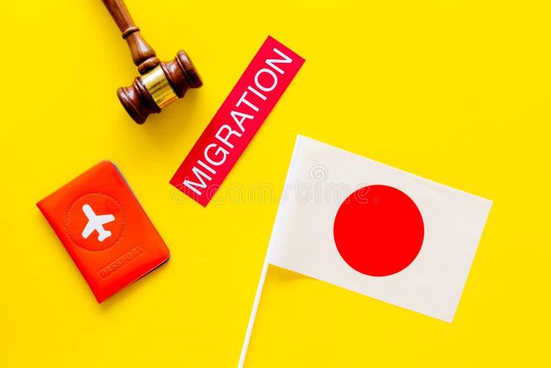 Imigração ao conceito de Japão Imigração do texto perto da tampa do passaporte e da bandeira japonesa, martelo na parte superior  fotos de stock royalty free