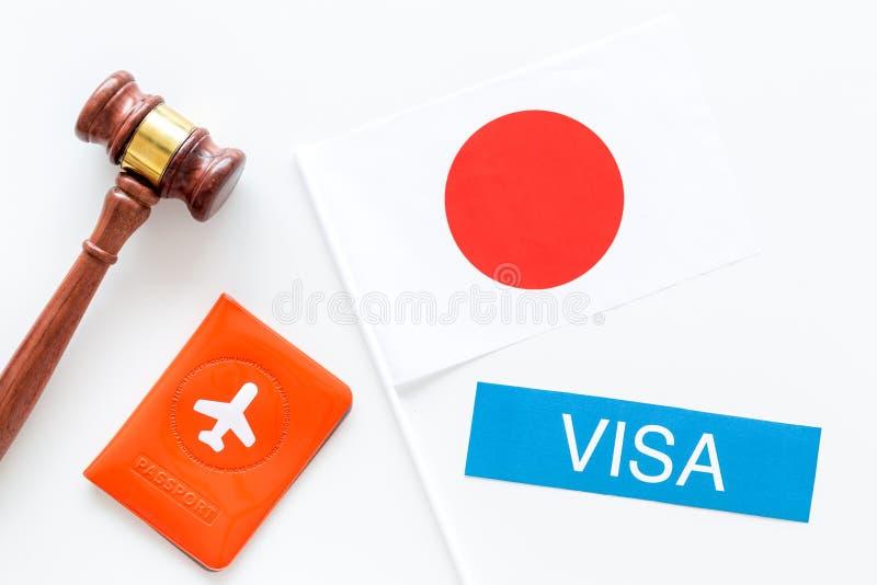 Imigração ao conceito de Japão Imigração do texto perto da tampa do passaporte e da bandeira japonesa, martelo na parte superior  imagens de stock