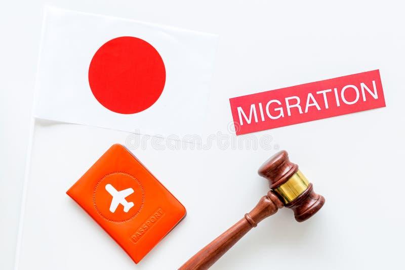 Imigração ao conceito de Japão Imigração do texto perto da tampa do passaporte e da bandeira japonesa, martelo na parte superior  fotografia de stock