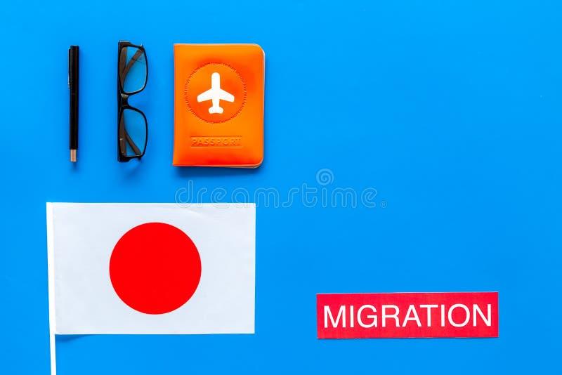 Imigração ao conceito de Japão A imigração do texto perto da tampa do passaporte e a bandeira japonesa na opinião superior do fun imagens de stock royalty free