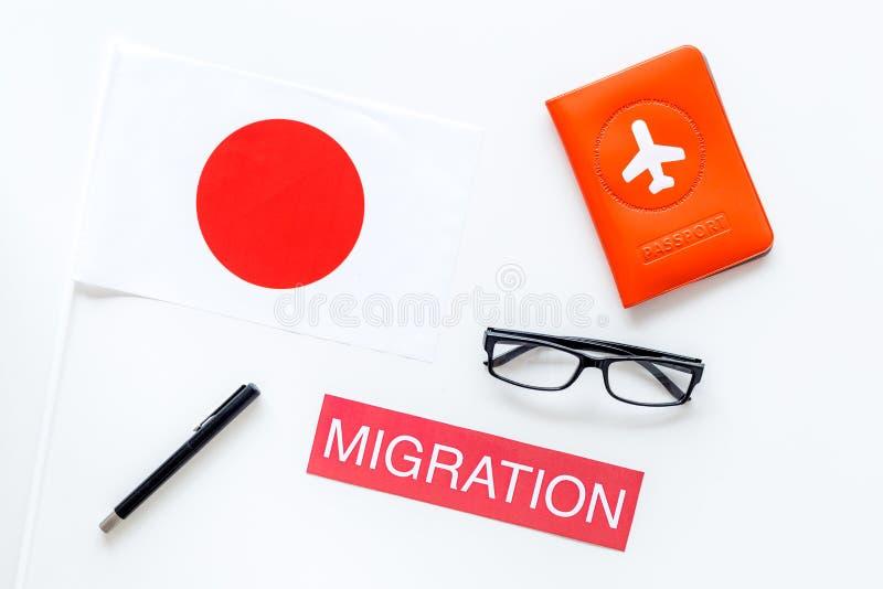 Imigração ao conceito de Japão Imigração do texto perto da tampa do passaporte e da bandeira japonesa na opinião superior do fund imagens de stock royalty free