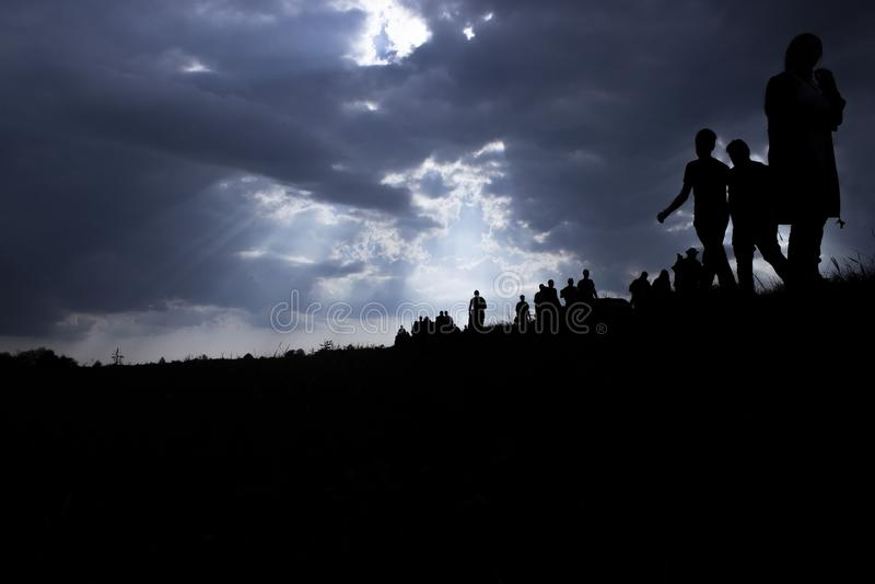 Imigração dos povos e de nuvens escuras fotografia de stock royalty free