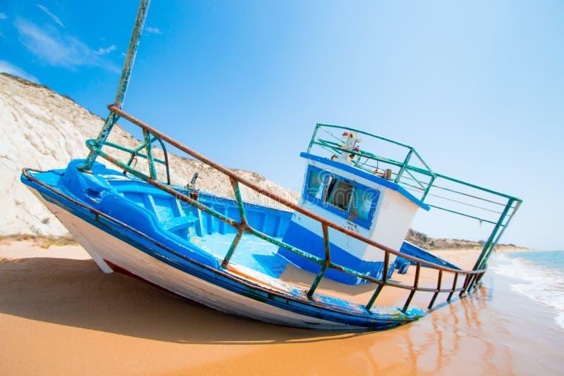 Imigracja, nadziei voyager łódkowaty piasek Sicily zdjęcia stock