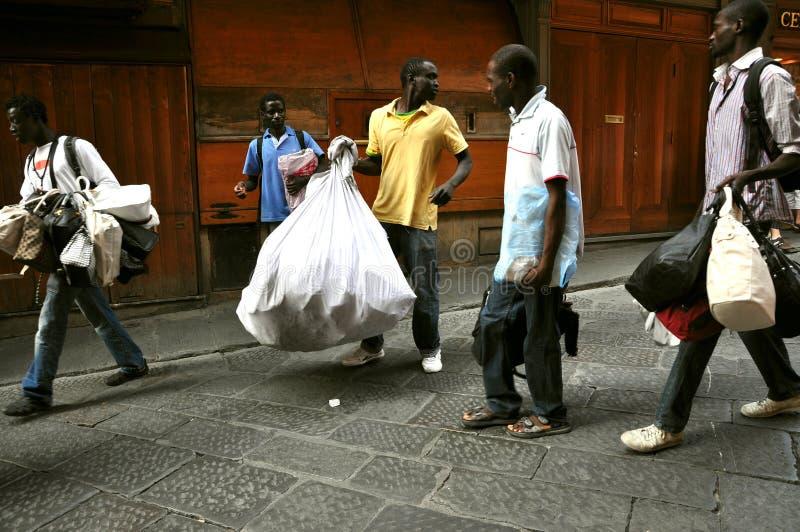 Imigrantes africanos em Italy imagem de stock