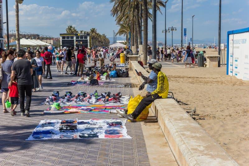 Imigrantes africanos que vendem a mercadoria no bulevar de Valência fotos de stock