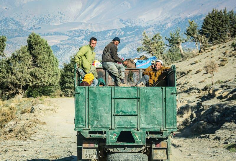 Imilchil Marocko - Oktober 05, 2013 Berbersmän som reser på lastbilen i kartbokberg arkivbild