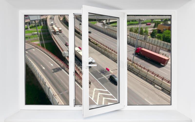 Imissão alta do ruído do tráfego rodoviário de conduzir carros no quadro aberto da janela do pvc fotos de stock royalty free