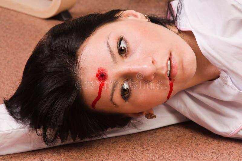 Imitação da cena do crime. Enfermeira no assoalho fotos de stock