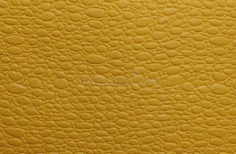 Imitação da pele de serpente amarela escura, textura artificial fotografia de stock
