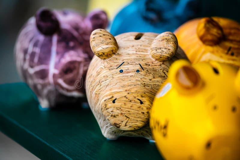 Imitadores de cerámica coloridos de la forma del cerdo fotos de archivo libres de regalías