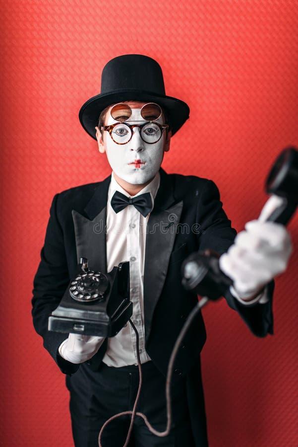 Imite al actor del teatro que se realiza con el teléfono viejo imagenes de archivo