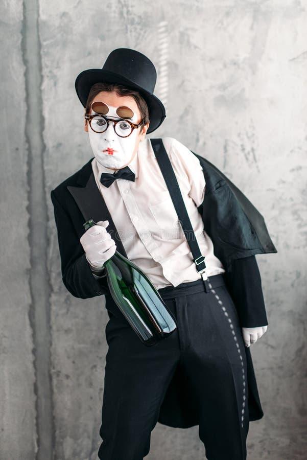 Imite al actor que realiza a un hombre borracho foto de archivo libre de regalías