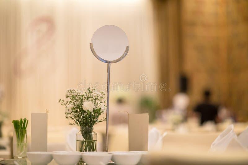 Imite encima de etiqueta el marco en blanco del menú en el restaurante de la barra, soporte para los folletos con la tarjeta de a imagen de archivo