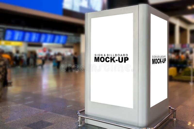 Imite encima de la caja blanca en blanco de la cartelera de la pantalla en terminal foto de archivo libre de regalías