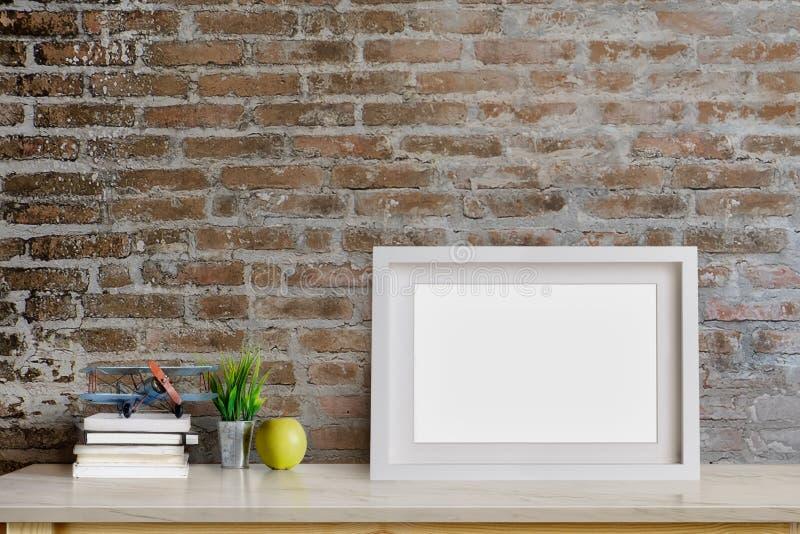 Imite encima de la foto en blanco contemporánea del marco en la tabla foto de archivo libre de regalías