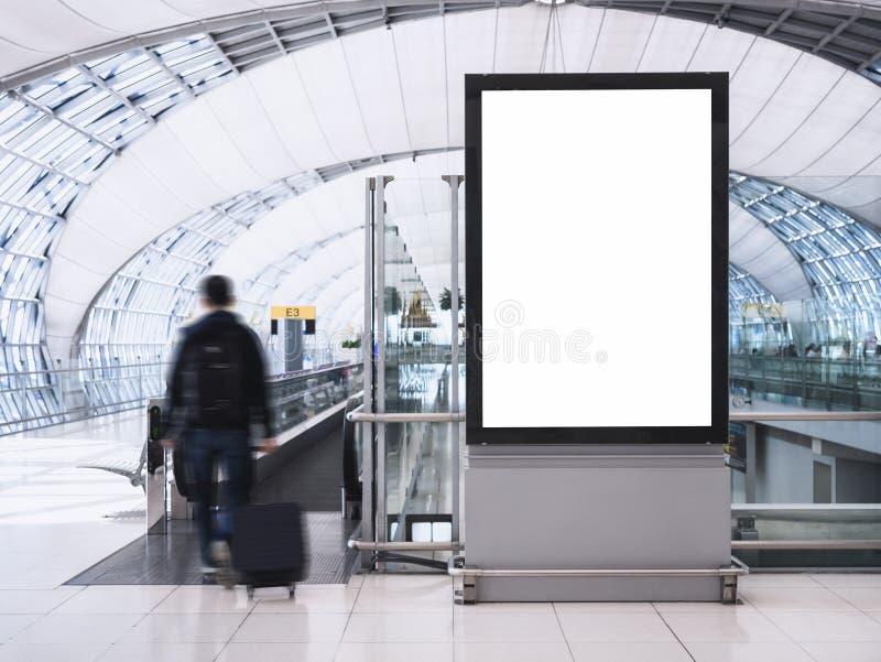 Imite encima de la medios caja de luz de la bandera con el edificio del aeropuerto de la gente imagen de archivo libre de regalías