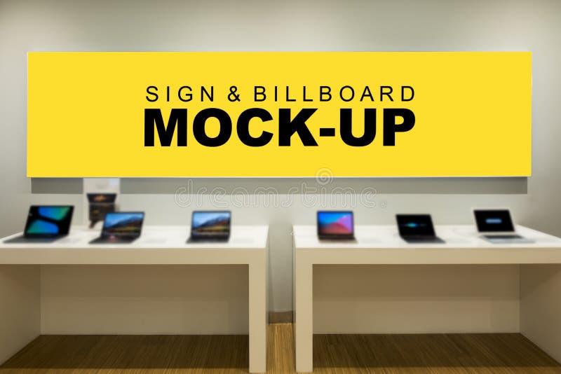 Imite encima de la pantalla amarilla en blanco grande para hacer publicidad en contador fotografía de archivo libre de regalías