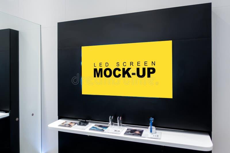 Imite encima de la publicidad amarilla en blanco de la pantalla LED en la pared fotografía de archivo libre de regalías