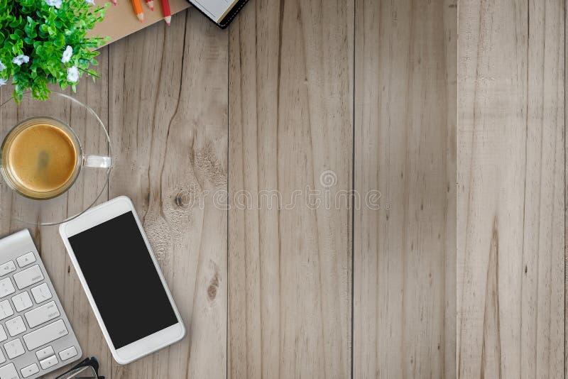 Imite encima de la tabla del escritorio de oficina con el ordenador, las fuentes y la taza de café foto de archivo
