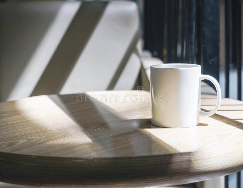 Imite encima de la taza de café en la tabla en café foto de archivo