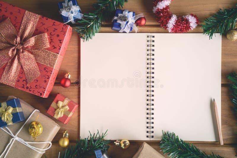 imite encima de los regalos y de los juguetes del libro en los tableros de madera fotografía de archivo